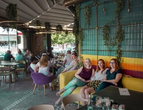 Nuba Cafe – Mic Dejun Complet Într-o Mare de Culori