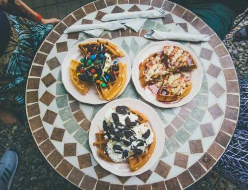 La Un Ceai și Waffles într-o Grădină Ascunsă